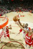 图文:[NBA]活塞负火箭 巴蒂尔上篮
