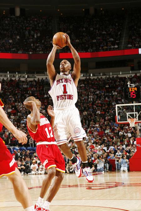 图文:[NBA]活塞负火箭 比卢普斯中投