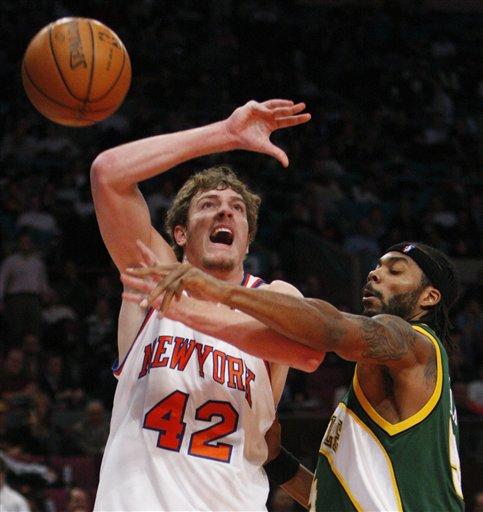 图文:[NBA]超音速胜尼克斯 大卫-李遭遇犯规