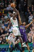 图文:[NBA]凯尔特人胜国王 加内特后仰出手