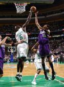 图文:[NBA]凯尔特人胜国王 加内特封盖莫尔