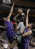 图文:[NBA]凯尔特人胜国王 加内特强行进攻