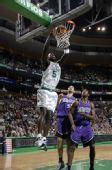 图文:[NBA]凯尔特人胜国王 加内特怒扣得手