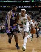 图文:[NBA]凯尔特人胜国王 皮尔斯带球进攻