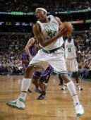 图文:[NBA]凯尔特人胜国王 皮尔斯摘下篮板