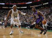 图文:[NBA]凯尔特人胜国王 皮尔斯防守阿泰斯特