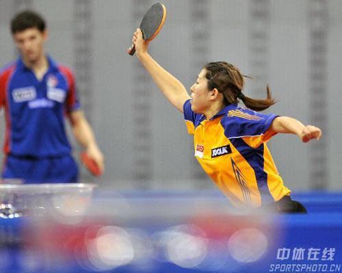 图文:[乒乓球]总决赛U21首日 冯天薇跨步正手