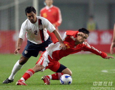 图文:[国奥]中国0-0美国  沈龙元誓死护球