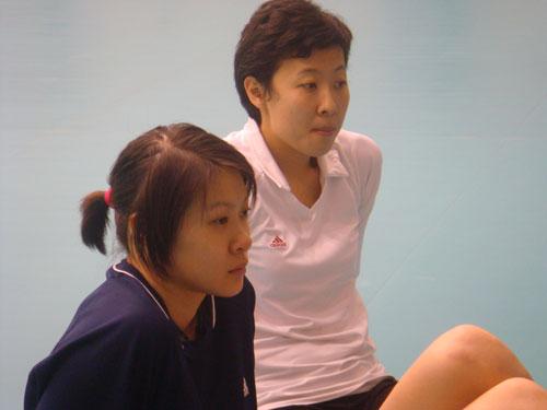 图文:中国女排在京集训 冯坤与赵蕊蕊席地而坐