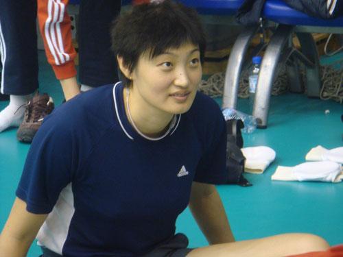 图文:中国女排在京集训 杨昊进行放松