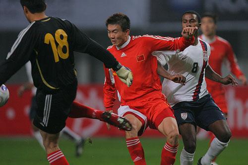 图文:[国奥]中国0-0美国 刘震理仓惶出脚