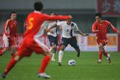图文:[国奥]中国0-0美国 李玮峰指挥若定