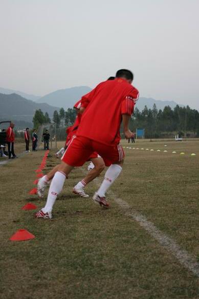 图文:国脚YOYO初训一次过关 国脚踩线