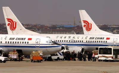 乘坐国航航班的旅客正在登机.赵昀早报资料