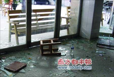 医院玻璃门被患者亲属砸碎。(医院供图)