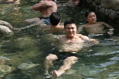 图文:举重队五指山备战 大力士们水中嬉戏