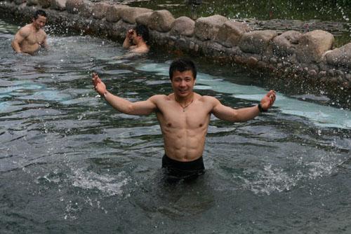 图文:举重队五指山备战 激流中展示健硕肌肉
