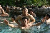 图文:举重队五指山备战 水中也能玩柔道技术