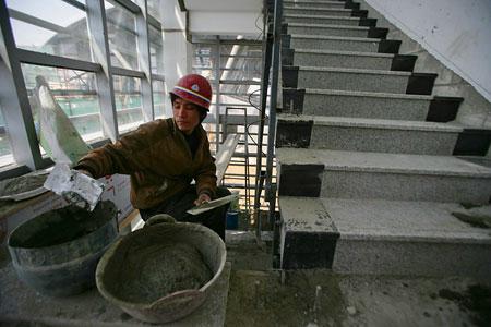 摸平终点楼台阶地面的工人