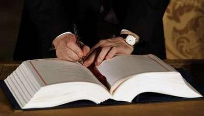 12月13日,欧盟27个成员国领导人正式签署了《里斯本条约》。