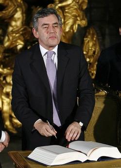 英国首相布朗在《里斯本条约》上签字。