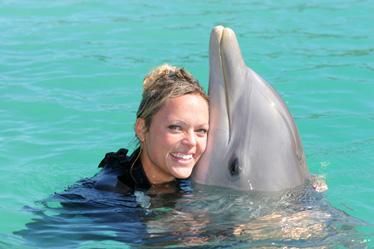 图文:垒球美女芬奇泳装写真 与海豚亲密接触