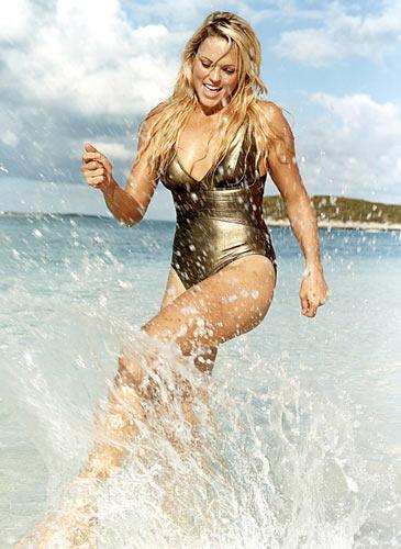 图文:垒球美女芬奇泳装写真 水中嬉戏别样美丽