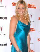 图文:垒球美女芬奇泳装写真 蓝色长裙相得益彰