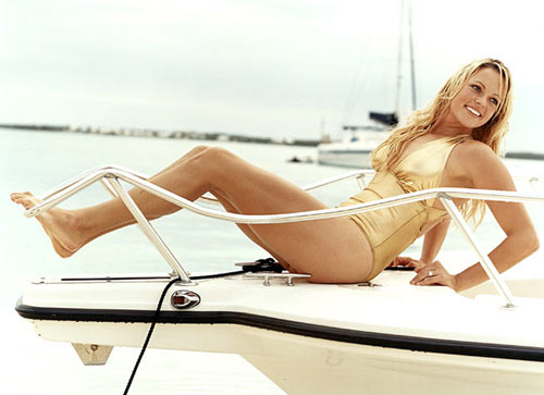图文:垒球美女芬奇泳装写真 金色泳装动作撩人