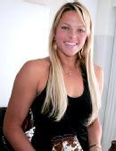 图文:垒球美女芬奇泳装写真 黑色背心更增秀丽