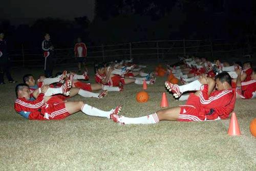 图文:国足集训磨合技战术 球员伸展身体