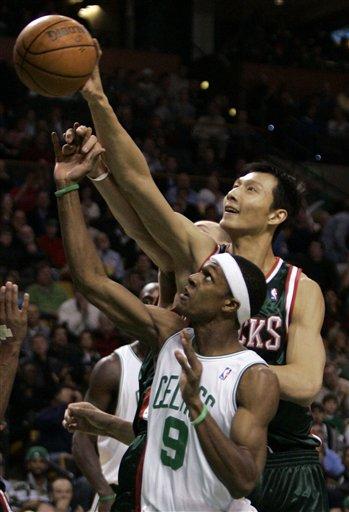 图文:[NBA]雄鹿VS凯尔特人 阿联标准手形