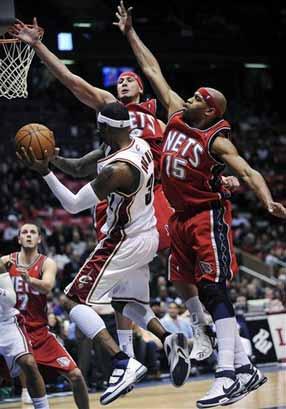 图文:[NBA]篮网险胜骑士 两代飞人对战