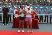 图文:中国赛女双颁奖仪式 彭帅甜甜把玩奖牌