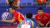 图文:马琳/王皓晋级男双决赛 马琳准备发球