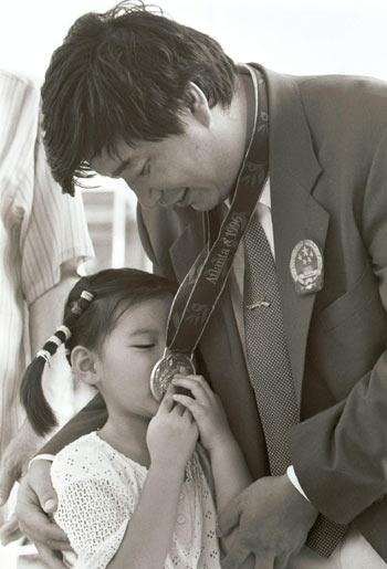 王义夫女儿亲吻银牌
