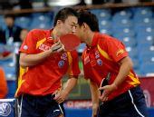 图文:马琳/王皓晋级男双决赛 两人窃窃私语