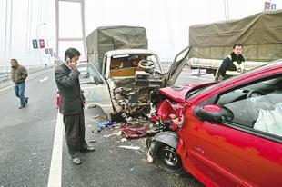 轿车撞断大桥护栏后连撞两车