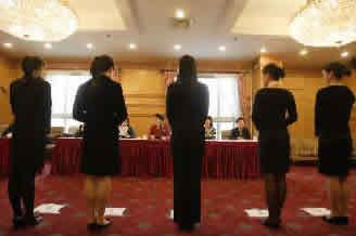 昨日,考生正在接受第一轮面试。早报记者鲁海涛图