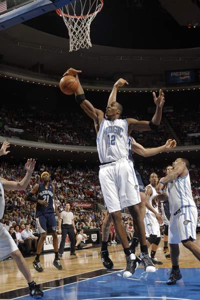 图文:[NBA]魔术vs灰熊 霍华德飞身抢板