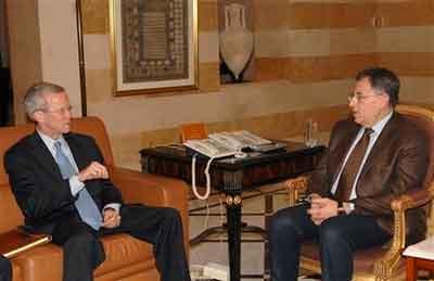 韦尔奇和黎巴嫩总理西尼乌拉(右)会谈