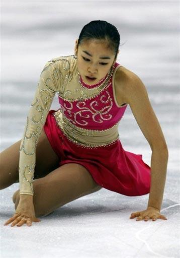 图文:总决赛女单自由滑 金妍儿比赛中摔倒在地