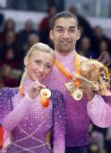 图文:花滑总决赛双人滑  冠军组合展示金牌