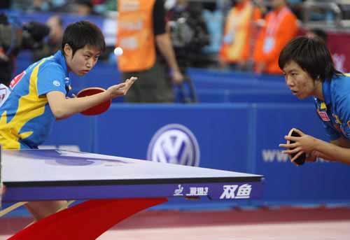 图文:郭跃/李晓霞晋级女双决赛 郭跃准备发球