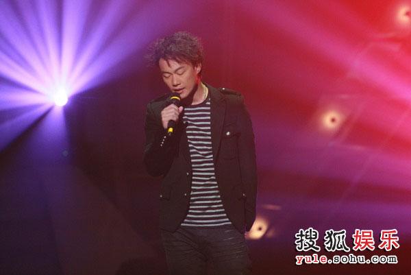 图:TVB金曲榜现场图片 陈奕迅演唱《淘汰》
