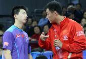 图文:马琳4-1马龙晋级男单决赛 教练场边指导