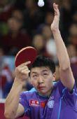图文:马琳4-1马龙晋级男单决赛 马龙准备发球