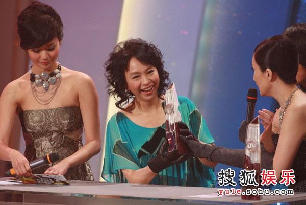 图:TVB金曲榜颁奖典礼现场图片 最佳唱作人银奖陈秋霞