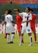 图文:[友谊赛]中国3-3美国 克里斯坦扔袖标