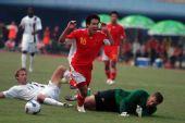 图文:[友谊赛]中国3-3美国 王晓龙被放倒